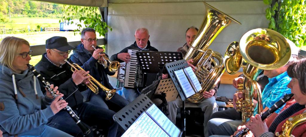 Musiker*innen der Fischertrachtenkapelle am 1. Mai 2019