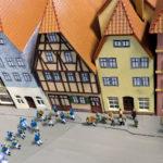Die Fischertrachtenkapelle in Miniatur auf der historischen Modelleisenbahn im Huttenschloss in Gemünden Foto: Reinhold Weber