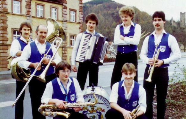 """Die Stimmungskapelle """"Die Wolperdinger"""" vor dem Huttenschloss in Gemünden 1982"""