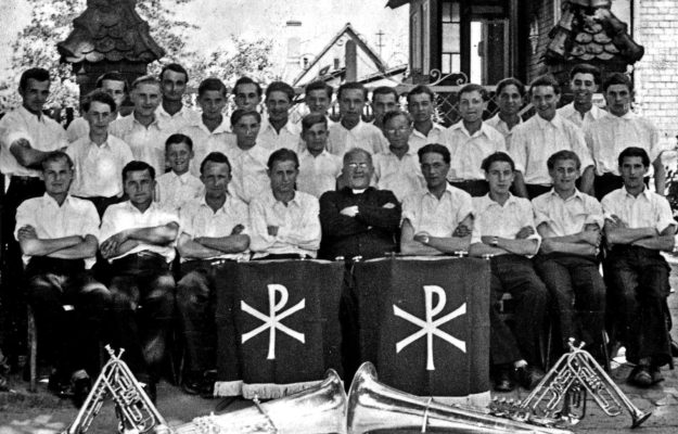 Katholische Jugendkapelle Gemünden mit ihrem Gründer Pfarrer Ruf in Großwelzheim 1947