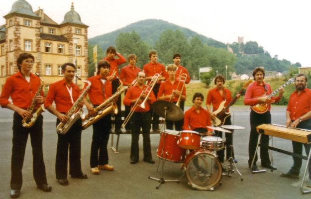 Die Big Band des VFV vor dem Huttenschloss in Gemünden 1982