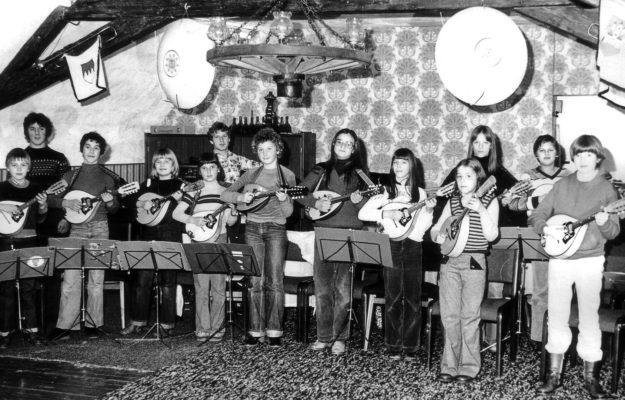 Das Mandolinenorchester des VFV 1980 in den Proberäumen im Huttenschloss