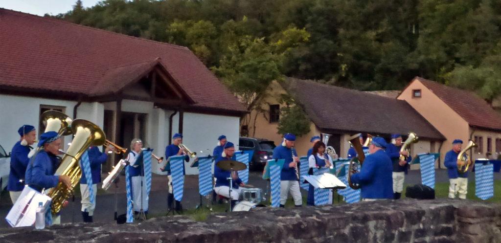Die Fischertrachtenkapelle spielte am 18.09.2021 anlässlich des Besuches von Bischof Franz Jung im Garten des Klosters Schönau Foto: pbf/Lothar Fuchs